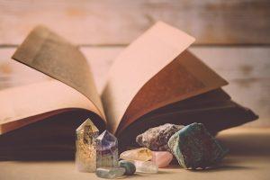Buch und Kristalle